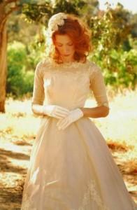Vestido-de-novia-con-tul-y-encaje-acompañado-por-unos-guantes